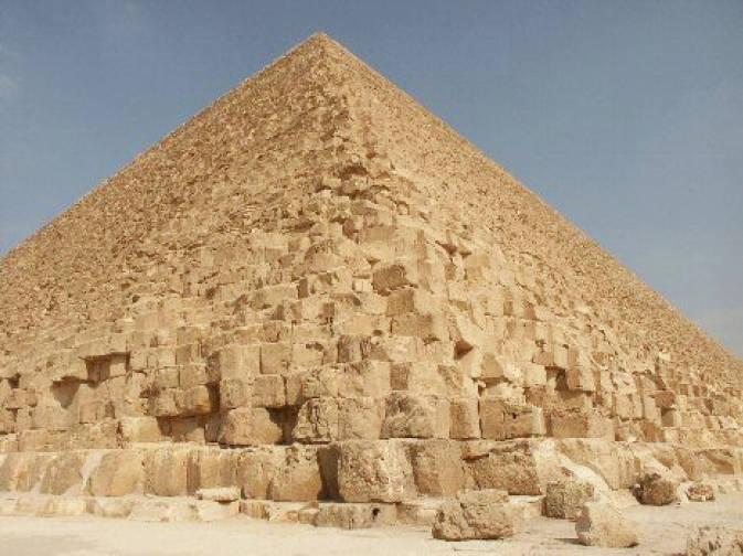 Ada argumen-argumen kuat yang kurang lebih mengatakan bahwa Great Pyramid – tersusun oleh lebih dari 2 juta balok berukuran rata-rata satu meter kubik – dan Sphinx dibangun ribuan tahun SM.