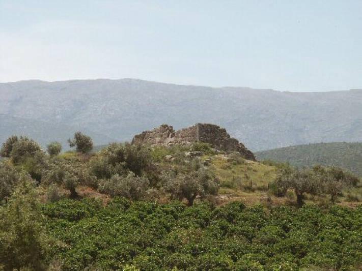 Kita kurang tahu bahwa di Yunani juga ada piramida. Walaupun jauh lebih kecil dari yang terdapat di Mesir, tapi mungkin lebih tua.