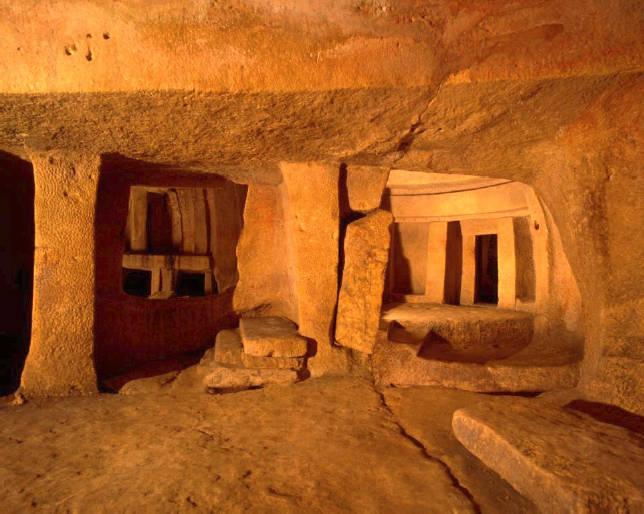 Malta memiliki banyak bangunan misterius dari masa lampau. Tak ada yang tahu siapa yang membangunnya, atau apa kegunaan 'kuil-kuil' itu – demikian mereka dinamakan. Yang paling ganjil adalah kuil bawah tanah Hypogeum Hal Saflieni. Ini dibangun 'in negative' dan menyerupai kuil di atas tanah.