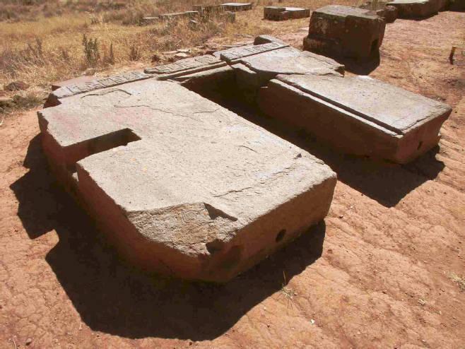 Di Tiahuanaco dan Puma Penke, Bolivia, bentuk-bentuk terpotong tajam ditemukan pada batu yang sangat keras. Kita hanya bisa menerka-nerka siapa 'insinyur-insinyur purba' yang membuat ini.