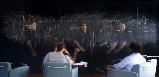 Nina Arkani-Hamed bersama rekan kerjanya, Raffaele Tito D'Agnolo (kiri) dan David Pinner (kanan), di Institute for Advanced Study, Princeton, New Jersey. (Béatrice de Géa untuk Quanta Magazine)