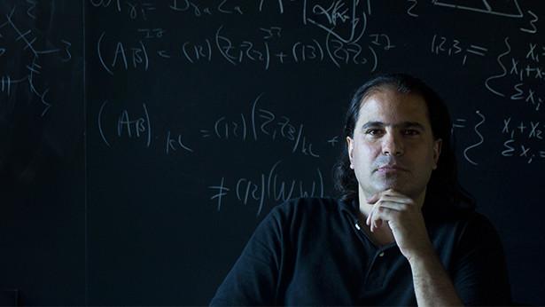 """Nima Arkani-Hamed mengargumentasikan """"gambaran besar""""-nya untuk pembangunan pembentur partikel 100 TeV. (Béatrice de Géa untuk Quanta Magazine)"""