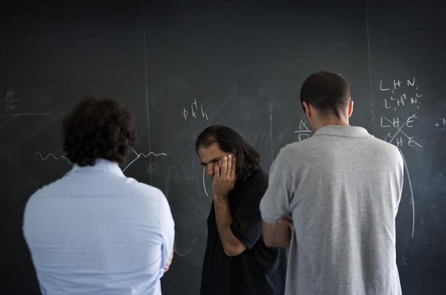 Arkani-Hamed bersama Pinner (kiri) dan D'Agnolo (kanan). (Béatrice de Géa untuk Quanta Magazine)