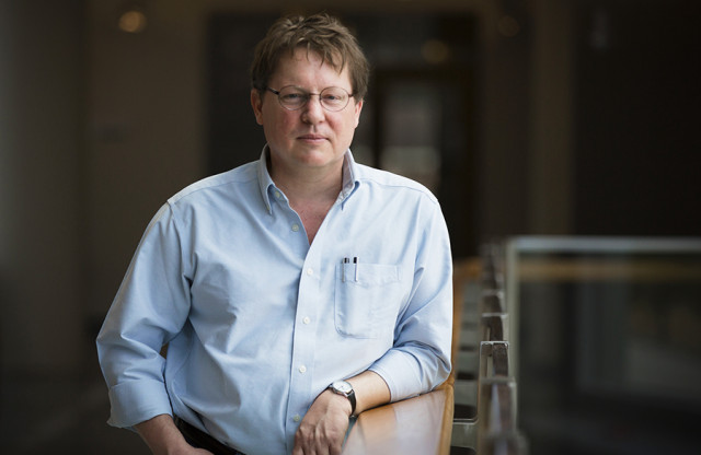 Christopher Fuchs adalah pengembang dan pendukung utama Qbism, sebuah penafsiran alternatif mekanika quantum yang memperlakukan fungsi gelombang quantum sebagai cerminan ketidaktahuan.