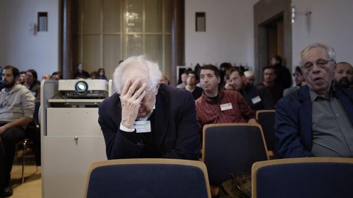 Fisikawan George Ellis (tengah) dan Joe Silk (kanan) di Ludwig Maximilian University, Munich, 7 Desember 2015. (Laetitia Vancon untuk Quanta Magazine)