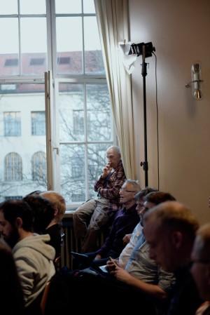 Paul Teller (dekat jendela), filsuf dan profesor emeritus di Universitas California, Davis. (Laetitia Vancon untuk Quanta Magazine)