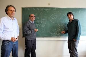 """Sebuah makalah bersejarah karya Noah Linden (kiri), Sandu Popescu (tengah), dan Tony Short (kanan), dan Andreas Winter (tidak ada dalam gambar) pada 2009 menunjukkan bahwa keterjeratan menyebabkan objek-objek berevolusi menuju kesetimbangan. Keumuman buktinya """"luar biasa mencengangkan"""", kata Popescu. """"Fakta bahwa sebuah sistem menggapai kesetimbangan ternyata bersifat universal."""" Makalah ini memicu riset lanjutan mengenai peran keterjeratan dalam mengarahkan anak panah waktu. (Courtesy Tony Short)"""