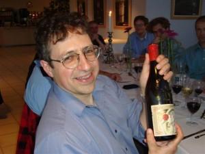 Fisikawan partikel UCLA Zvi Bern pada 2009 dengan sebotol anggur yang dia menangkan dalam taruhan melawan Paul Howe, kala itu di King's College London. (Courtesy Zvi Bern)