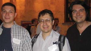 Pada tahun 2008, Henrik Johannson dari CERN, Zvi Bern dari UCLA, dan John Joseph Carrasco dari Stanford (kiri ke kanan) menemukan bahwa graviton berperilaku seperti dua gluon yang ditumpuk. (Courtesy John Joseph Carrasco)