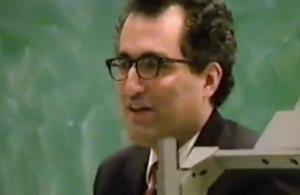 "Video: Edward Witten memberi kuliah pada 1995. Dalam kesempatan itu dia berargumen, kelima teori string adalah kepingan berbeda-beda dari satu kerangka induk yang sama, kemudian dijuluki ""teori-M""."