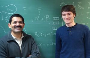 Mukund Rangamani (kiri) dan Felix Haehl dari Universitas Durham berargumen, semua teori gravitasi quantum konsisten di alam-alam semesta 2-dimensi tertentu merupakan teori mirip string. (Courtesy Mukund Rangamani)